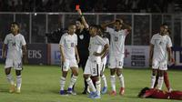 Pemain Timor Leste, Nelson Pinto, mendapat kartu merah saat melawan Indonesia pada laga Kualifikasi Piala AFC U-19 2020 di Stadion Madya, Jakarta, Rabu, (6/11/2019). Indonesia menang 3-1 atas Timor Leste. (Bola.com/M Iqbal Ichsan)