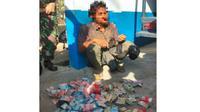 Pria diduga gila membawa uang Rp25 juta saat diperiksa petugas Lanud Iswahjudi, Kamis (9/8 - 2018). (Solopos.com/Istimewa/Lanud Iswahjudi)