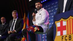 Sergio Aguero (kanan) menghadiri presentasi resminya sebagai pemain baru FC Barcelona di stadion Camp Nou, Barcelona (31/05/2021). Merka telah menandatangani kontrak hingga tahun 2023 dengan klausal pembelian 100 juta Euro. (Foto: AFP/Lluis Gene)