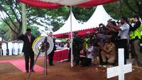 Menteri Perhubungan tampak memberi penghormatan terakhir untuk Almarhum Antonius, petugas AirNav yang gugur saat bertugas di sela-sela kejadian gempa Palu-Donggala (Liputan6.com/ Eka Hakim)