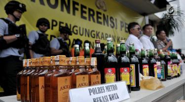 Barang bukti minuman keras atau miras oplosan saat dihadirkan dalam rilis di Mapolres Jakarta Selatan, Rabu (11/4). Polda Metro Jaya dan jajaran berhasil mengungkap kasus miras oplosan yang menewaskan puluhan orang. (Merdeka.com/Iqbal Nugroho)