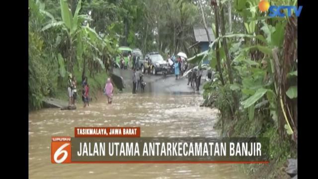 Banjir menggenangi jalan hingga setinggi paha orang dewasa di Desa Simpang, Kecamatan Bantarkalong, Tasikmalaya.