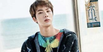 Tidak hanya tampan menawan, Jin BTS ternyata juga pandai bermain billiard. Dan ia bisa berjalan sambil kayang. (Foto: Soompi.com)