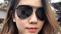 Simpel namun tetap menawan, penampilan Jessica Jane dengan sweater hitam serta kacamata aviator warna senada menambah kesan boyish. (Liputan6.com/IG/@jessicajane99)