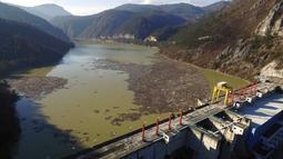 Foto dari udara memperlihatkan hamparan sampah menyumbat Sungai Drina dekat Kota Visegrad, Bosnia, Selasa (5/1/2021). Hamparan limbah terdiri dari sampah botol plastik, papan kayu, tong berkarat, dan lainnya. (AP Photo/Eldar Emric)