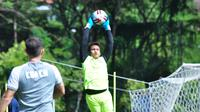 Kiper muda Arema FC, Andriyas Francisco, saat berlatih di tengah pandemi virus corona. (Bola.com/Iwan Setiawan)