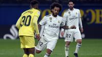 3. Marcelo yang mencoba melewati pemain Villareal pada laga lanjutan LaLiga yang berlangsung di Stadion DeLa Ceramica, Spanyol, Jumat (4/12). Real Madrid ditahan imbang Villareal 2-2.  (AFP/Jose Jordan)