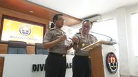 Karo Penmas Divisi Humas Polri Brigjen Dedi Prasetyo menggelar jumpa pers mengenai teroris, Senin (18/11/2019). (Liputan6.com/ Nanda Perdanaputra)