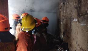 Petugas Dinas Kebakaran dan Penanggulangan Bencana Kota Bandung memadamkan kobaran api yang melalap sebuah rumah pada Senin (24/6/2019).(Www.sulawesita.com)