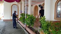 Gegana Unit 3 Banyumas Satuan Brimob Polda Jawa Tengah menyisir tujuh gereja besar di wilayah kota Cilacap jelang Natal 2018. (Foto: Liputan6.com/Polres Cilacap/Muhamad Ridlo)