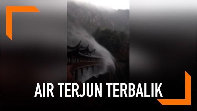 Air terjun yang seharusnya jatuh kebawah, seakan kembali ke hulu karena tertiup angin yang sangat kencang. Kejadian unik yang merupakan suatu fenomena alam langka ini terjadi pada air terjun di Kota Taizhou, China.