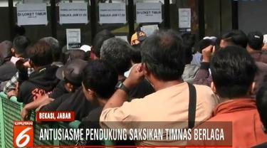 Antusias penonton yang akan menyaksikan laga kedua Timnas Indonesia dari berbagai kalangan dan usia.