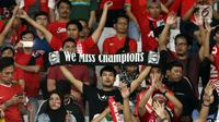 Suporter tim Garuda membentangkan syal saat menyaksikan laga Timnas Indonesia melawan Timor Leste pada penyisihan grup B Piala AFF 2018 di Stadion GBK, Jakarta, Selasa (13/11). Indonesia unggul 3-1. (Liputan6.com/Helmi Fithriansyah)