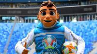 Skillzy, maskot resmi Piala Eropa 2020 berpose saat presentasi di Stadion Saint Petersburg, Rusia (27/3). Kota Saint Petersburg akan menyelenggarakan empat pertandingan termasuk pertandingan perempat final selama UEFA Euro 2020. (AFP Photo/Olga Maltseva)