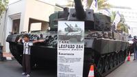 Selain selfie, warga Jogja juga bisa bertanya-tanya soal tank dan panser kepada petugas. (Liputan6.com/Switzy Sabandar)
