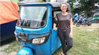 Simone Korn (38), wisatawan asal Jerman yang berkeliling Sulawesi menggunakan bajaj. (Liputan6.com/Andri Arnold)