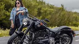 Ditambah lagi dengan kacamata hitamnya yang menambah OOTD-nya, gaya pemilik nama asli Maulidia Octavia ini tampak mengendarai Harley Davidson Softail Slim berukuran besar. (Liputan6.com/YouTube/Via Vallen)