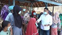 Anggota DPR RI Slamet Ariyadi saat kunjungan dengan membagikan masker di Kabupaten Sampang, Jawa Timur. (Foto: Ist/nvl).