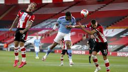Penyerang Manchester City, Gabriel Jesus, menyundul bola saat melawan Southampton pada laga Premier League di Stadion St. Mary's, Minggu (5/7/2020). Manchester City takluk 0-1 dari Southampton. (AP Photo/Frank Augstein,Pool)