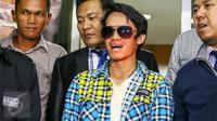 Reza Pahlevi bersama kuasa hukumnya memberikan keterangan usai melaporkan Indra Bekti ke Polda Metro Jaya, Jakarta, Selasa (2/2). Artis Indra Bekti dilaporkan ke Polda terkait dugaan perbuatan cabul terhadap anak di bawah umur.(Liputan6.com/Yoppy Renato)