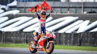 Pembalap Repsol Honda Marc Marquez merayakan kemenangannya pada balapan MotoGP Thailand 2019 di Chang International Circuit, Buriram, Minggu (6/10/2019). Marquez menyegel gelar juara dunia MotoGP 2019. (Lillian SUWANRUMPHA/AFP)