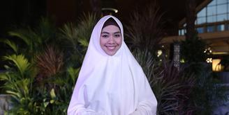 Awal terjun ke dunia hiburan, Oki Setiana Dewi sering kali merasakan aneh dengan penampilannya. Saat itu, ia sukses menjadi salah satu pemeran dalam film Ketika Cinta Bertasbih. Ia masuk ke dunia hiburan dengan gaya muslimah. (Galih W. Satria/Bintang.com)