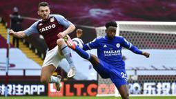 Pemain Leicester City, Wilfred Ndidi, berebut bola dengan pemain Aston Villa, John McGinn, pada laga Liga Inggris di Stadion Villa Park, Minggu (21/2/2021). Leicester City menang dengan skor 1-2. (AP Photo/Rui Vieira, Pool)
