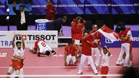 Para pemain sepak takraw Indonesia merayakan kemenangan atas Jepang pada final Asian Games di Palembang, Sabtu (1/9/2018). (AP/Vincent Thian)