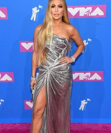 Jennifer Lopez in Versace - Photo: gettyimages