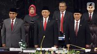Ketua MPR RI periode 2019-2024 Bambang Soesatyo (tengah), Ahmad Muzani dan Ahmad Basarah menyanyikan lagu Indonesia Raya di kompleks parlemen, Jakarta, Kamis (3/10/2019). Bambang Soesatyo resmi menjadi Ketua MPR setelah Fraksi Gerindra di MPR menyatakan sepakat. (Liputan6.com/Johan Tallo)