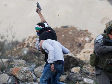 Polisi Israel menangkap seorang demonstran Palestina dalam bentrokan menyusul demonstrasi menentang keputusan Presiden AS, Donald Trump terkait Yerusalem sebagai ibu kota Israel, di kota Ramallah, Tepi Barat, (13/12). (AP Photo / Nasser Shiyoukhi)