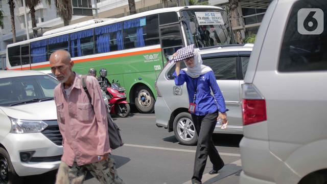 Potret Warga Jakarta Saat Dilanda Suhu Panas