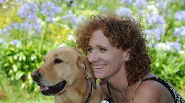 Lisa Reid yang penglihatannya kembali sebagian setelah terantuk meja. (Daily Mail).