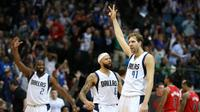 Forward Dallas Mavericks, Dirk Nowitzki (kanan), merayakan keberhasilan mencetak tiga angka saat mengalahkan Portland Trail Blazers 132-120 di American Airlines Center, Dallas, 20 Maret 2016. (USA TODAY Sports via REUTERS/Matthew Emmons)