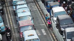 Bukan hanya kendaraan yang sulit berjalan. Bahkan para pejalan kakipun mengalami kesulitan, Jakarta Timur, Kamis (28/8/2014) (Liputan6.com/Faizal Fanani)