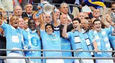 Carlos Tevez dkk merayakan gelar juara FA Cup setelah mengalahkan Stoke City 1-0 pada partai final di Wembley Stadium, 14 Mei 2011. AFP PHOTO/ANDREW YATES