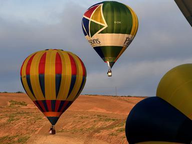 Sejumlah balon udara terbang dalam festival internasional Sagrantino di kawasan Umbria, Italia, 22 Juli 2018. Puluhan balon udara saling berkompetisi menghadapi tantangan dalam festival yang memperebutkan piala perak tersebut. (AFP PHOTO/TIZIANA FABI)