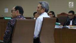 Terdakwa suap panitera Pengadilan Negeri Jakarta Pusat, Eddy Sindoro (tengah) saat menjadi saksi sidang lanjutan dugaan menghalangi proses penyidikan KPK dengan terdakwa Lucas di Pengadilan Tipikor, Jakarta, Kamis (17/1). (Liputan6.com/Helmi Fithriansyah)