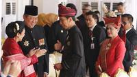 Presiden Joko Widodo (Jokowi) didampingi Ibu Negara, Iriana Joko Widodo menyapa Presiden keenam RI Susilo Bambang Yudhoyono dan Ani Yudhoyono saat menghadiri upacara kemerdekaan di Istana Merdeka, Jakarta, Kamis (17/8). (Liputan6.com/Pool)