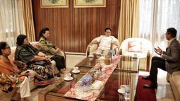 Ketua Umum PKB Muhaimin Iskandar atau Cak Imin (tengah) berbincang dengan Pimpinan DPD RI GKR Hemas di kediamannya, Jakarta, Rabu (23/1). Cak Imin dan GKR Hemas juga membahas hal-hal kenegaraan yang perlu perhatian serius. (Liputan6.com/Faizal Fanani)