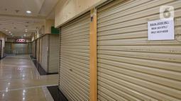 Suasana sepi diantara kios yang tutup di Roxy Square, Jakarta, Jumat (3/9/2021). Kios-kios di pusat perbelanjaan ternama mulai banyak yang masuk daftar lelang. Kondisi itu terjadi karena produktivitas pelaku usaha menurun akibat pandemi. (Liputan6.com/Faizal Fanani)