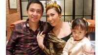 Ayu Dewi bersama anak dan suami. [Foto: Instagram]