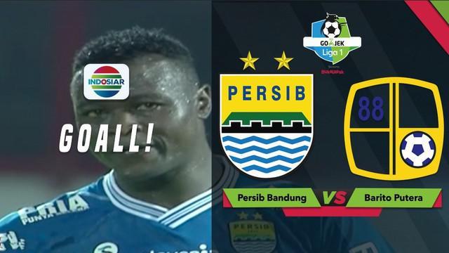 Striker Persib Bandung, Ezechiel N'Douassel mencetak gol dengan sepakan keras saat menghadapi Barito Putera dalam lanjutan Gojek Liga 1 2018 bersama Bukalapak, Sabtu (8/12/2018).