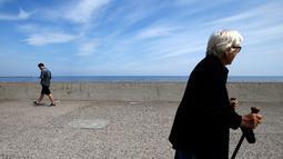 Orang-orang berjalan di sepanjang pesisir pantai laut Baltik di Gdynia, Polandia utara (24/5/2019). Selain itu laut Baltik dihubungkan ke Laut Utara dengan terusan Kiel dan dengan Laut Putih dengan terusan Laut Putih. (AP Photo/Darko Vojinovic)