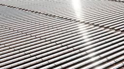 Pandangan udara terlihat hamparan cermin terpasang di area pembangkit listrik tenaga surya Noor 1, Maroko, Kamis (4/2). Noor 1 memiliki 500.000 cermin yang akan mengumpulkan tenaga surya hingga 160 mw di area 2.500 sampai 3.000 hektare. (AFP/FADEL SENNA)
