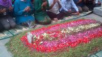 Menteri Sosial Khofifah Indar Parawansa mengungjungi makam Abdurrahman Wahid atau Gus Dur. (Liputan6.com/Moch Harun Syah)