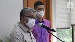Sekjen Kemenkes Oscar Primadi memberi sambutan usai penandatanganan nota kesepahaman (MoU) di Gedung Kemenkes, Jakarta Senin (1/3/2021). Pada tahap awal, vaksinasi drive thru Halodoc akan melayani masyarakat lanjut usia (lansia) yang memiliki KTP DKI Jakarta. (Liputan6.com/Fery Pradolo)