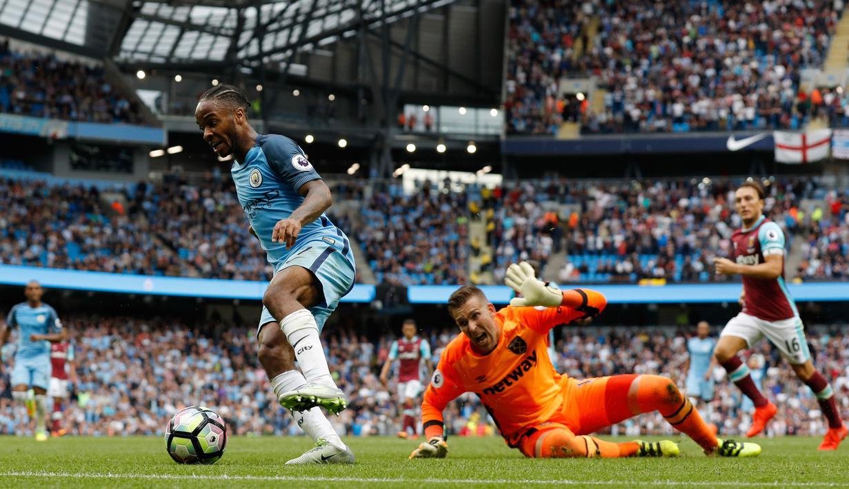 Penyerang Manchester City, Raheem Sterling saat melewati kiper West Ham United, Adrian pada lanjutan liga Inggris di Stadion Etihad, Inggris (28/8). Sterling mencetak dua gol yang membuat City menang 3-1 atas West Ham. (Reuters/Darren Staples)