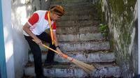 Gubernur Jawa Tengah, Ganjar Prabowo ikut kegiatan resik-resik Keraton Solo, Jumat (29/3).(Liputan6.com/Fajar Abrori)