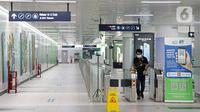 Penumpang melewati gerbang tiket elektronik di Stasiun MRT Bundaran HI, Jakarta, Selasa (3/8/2021). Jumlah penumpang Moda Raya Terpadu (MRT) Jakarta semakin menurun semenjak Pemberlakuan Pembatasan Kegiatan Masyarakat (PPKM). (Liputan6.com/Faizal Fanani)